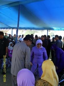 Ibu Mufidah menyalurkan sumbangan di Kec. Cisayong